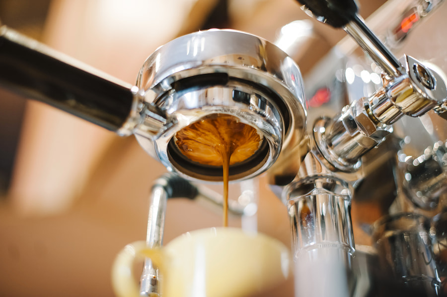 Espresso pouring through bottomless portafilter by Anastasia Ness on 500px.com