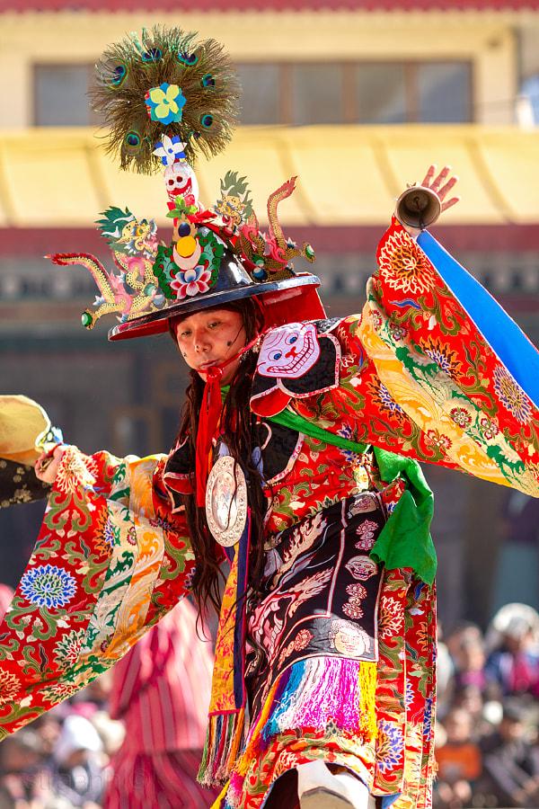 Religion. Cham Dance. Masked and costumed mystery dance of Tantric Buddhism. Black Hat dancer. Enchey, Gangtok, Sikkim, India. Шанак - танцор танца чёрных шляп мистерии Цам Тантрического буддизма. Энчей, Гангток, Сикким, Индия