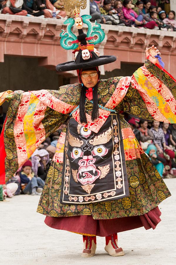 Religion. Cham Dance. Masked and costumed mystery dance of Tantric Buddhism. Black Hat dancer. Lamayuru, Ladakh, India. Шанак - танцор танца чёрных шляп мистерии Цам Тантрического буддизма. Ламаюру, Ладакх, Индия