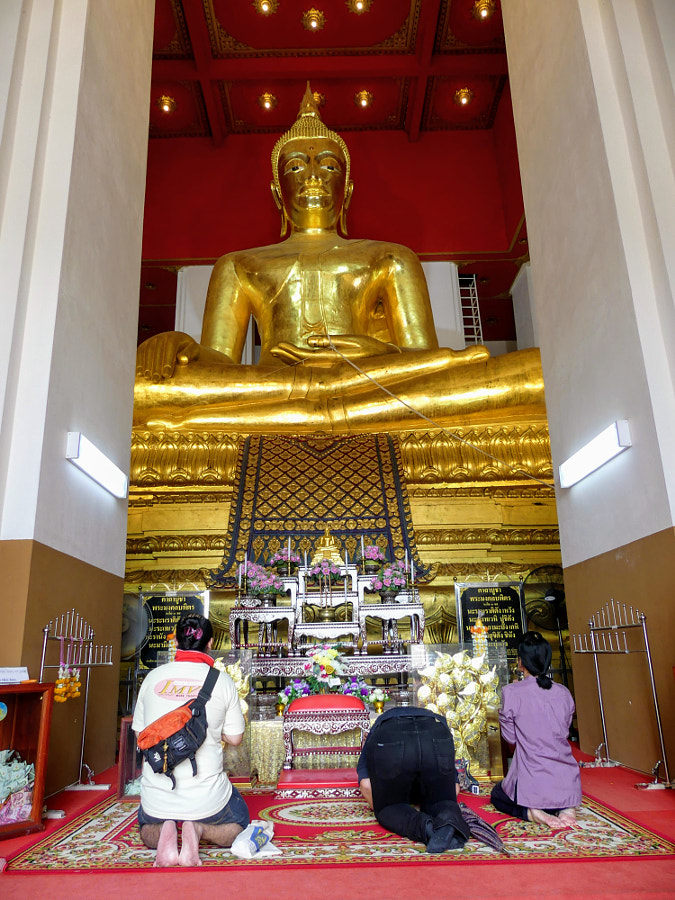Praying golden Buddha by Yves LE LAYO on 500px.com