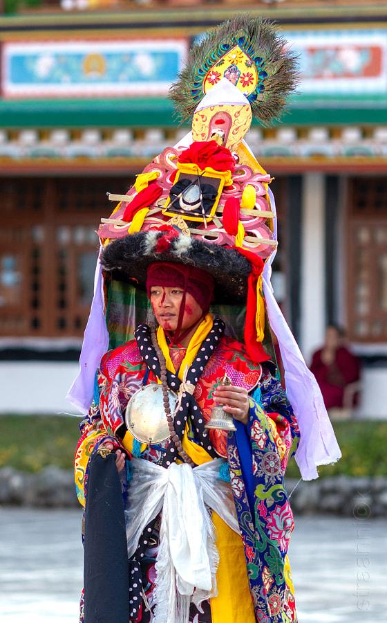 Religion. Cham Dance. Masked and costumed mystery dance of Tantric Buddhism. Black Hat dancer. Sikkim. Сикким. Шанак - танцор танца чёрных шляп мистерии Цам Тантрического буддизма