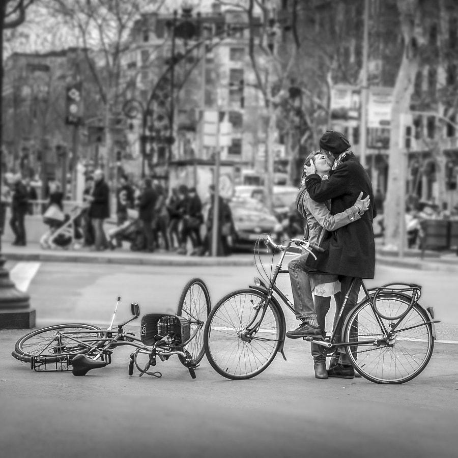 Kissing in Barcelona