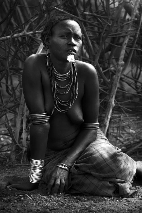 woman sentadab&n