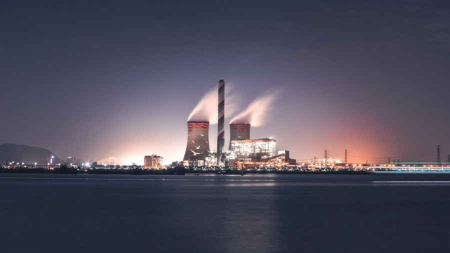 矗立在江边的发电厂 by jimmy  on 500px.com