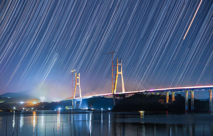 建设中的沙埕湾大桥,人造光和星光交相辉映。 by 童话大王  on 500px.com