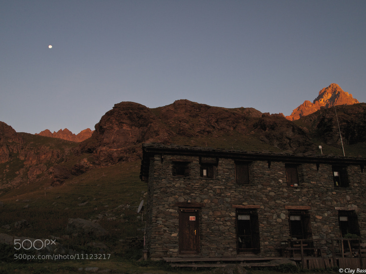 Photograph rifugio Alpetto all'alba con la luna piena by Clay Bass on 500px