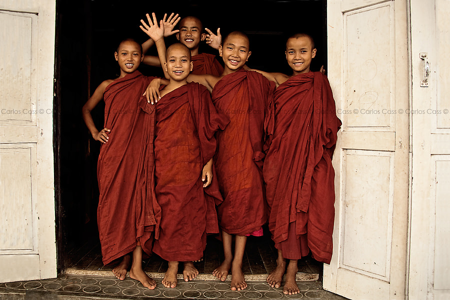 Photograph the greeting of the little monks by Carlos Cass on 500px