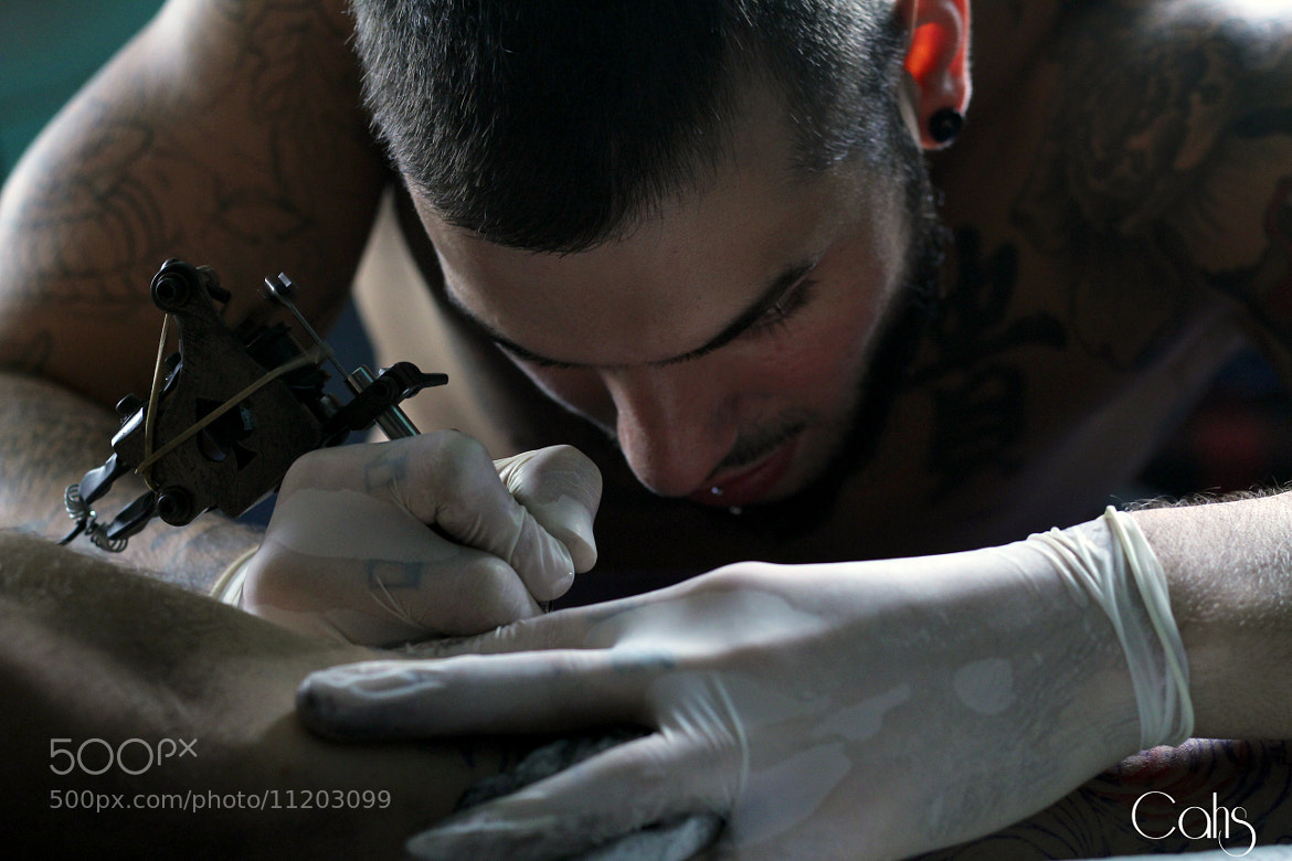 Photograph Bailo tatuando / Bailo tattooing by Pau Lopez Tamarit on 500px