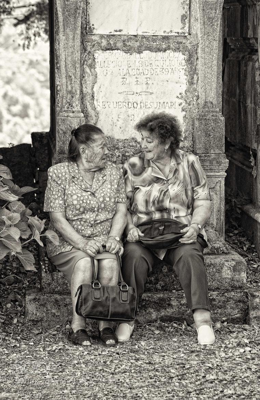 Photograph De tertulia sobre la tumba by juan villalobos on 500px