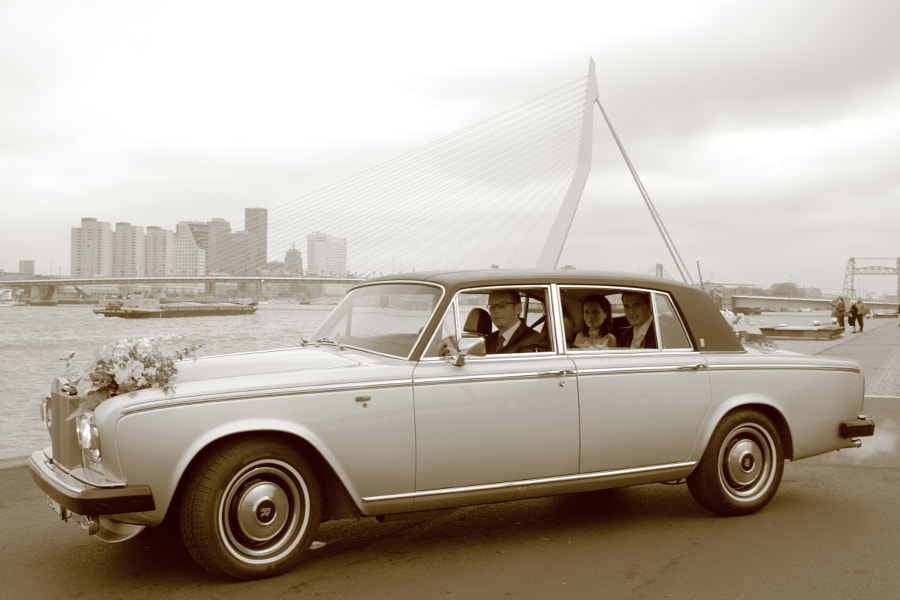 Bride and groom in Rolls Royce in front of Erasmusbrug (Rotterdam, Netherlands)