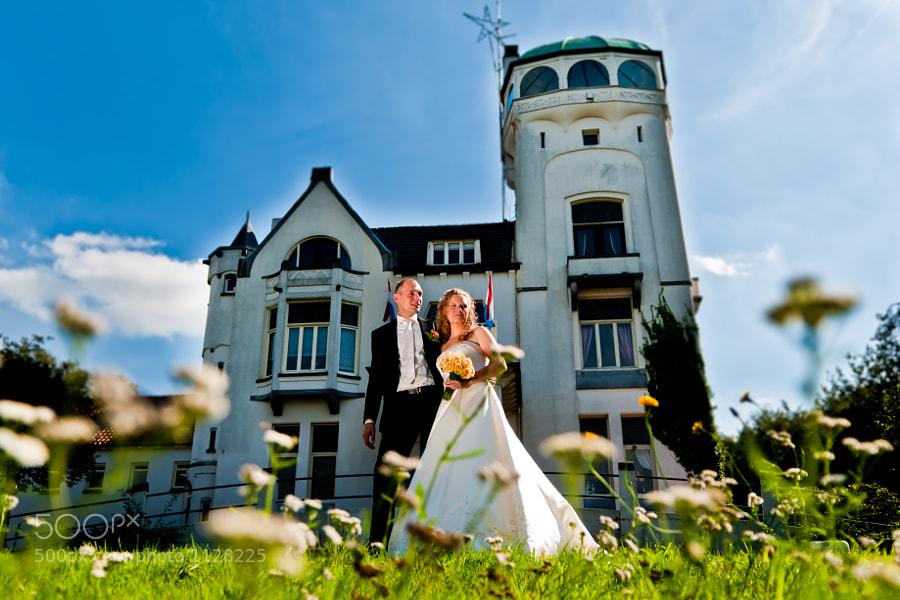 Bride and groom in front of Jachtslot Mookerheide (Molenhoek, Limburg, Netherlands)