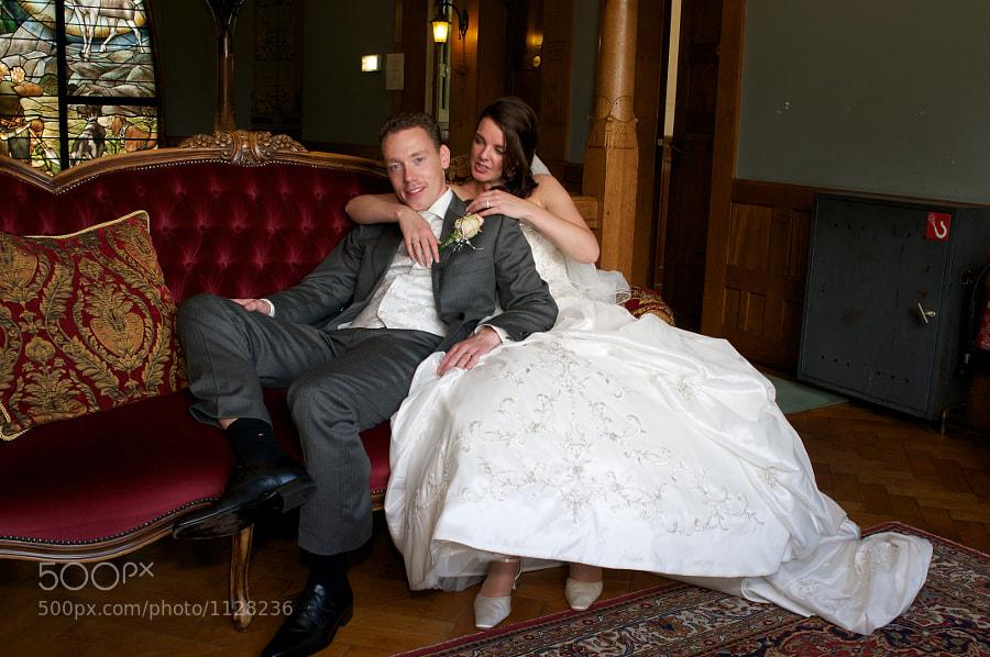 Bride and froom an a sofa in Jachtslot Mookerheide, Molenhoek (Limburg, Netherlands)