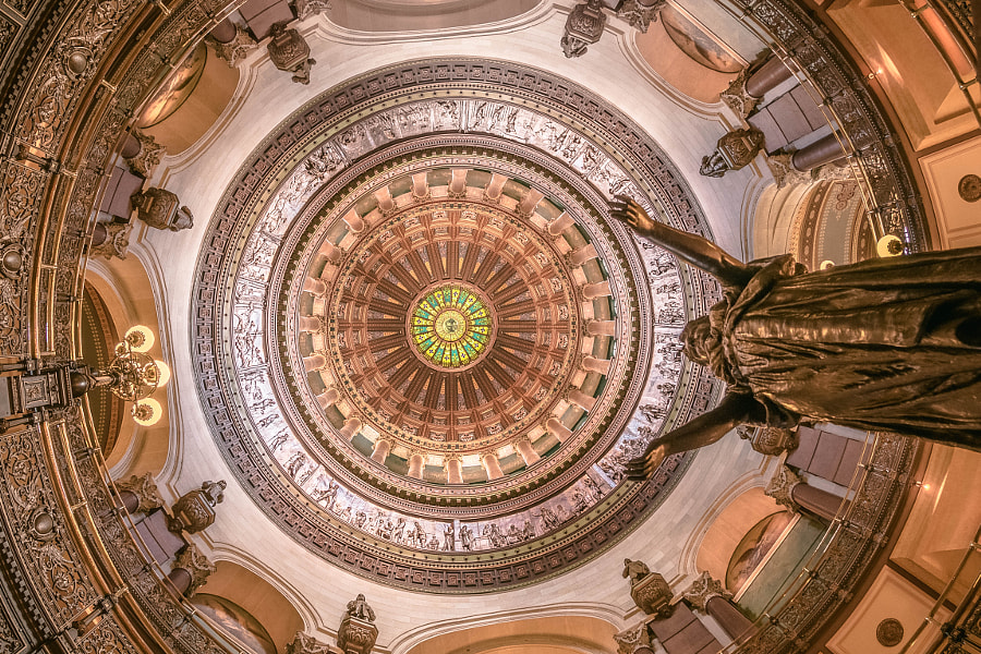 Illinois Capital Building looking up at the dome