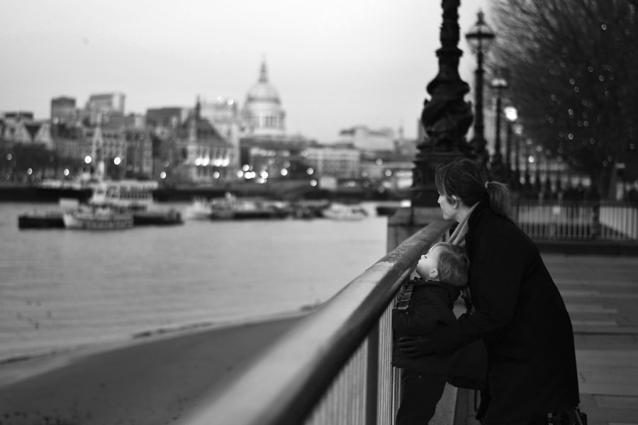 Mother and son on the Thames by Cristina Bertani on 500px.com