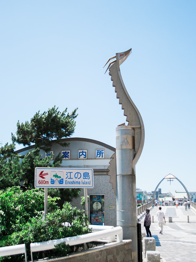 From Katase-Enoshima Station, turn right and walk down the bridge