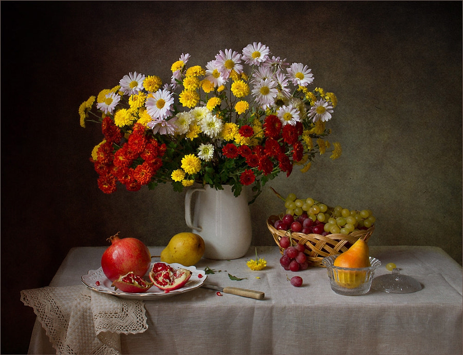 With chrysanthemum and pomegranate, автор — Tatiana Skorokhod на 500px.com