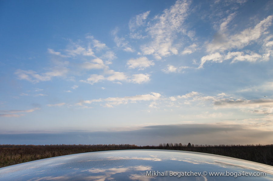 Reflection is the roof of the automobile
