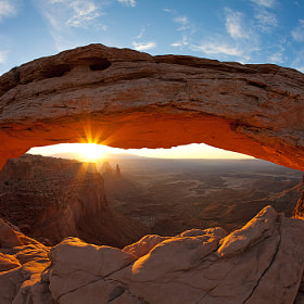 Sunrise at Mesa Arch in the Canyonlands National Park (USA) a great scene of light.