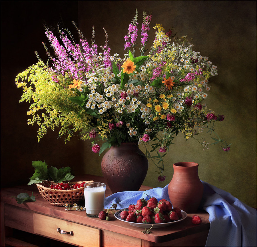 With summer flowers and berries, автор — Tatiana Skorokhod на 500px.com