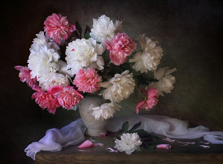 With a bouquet of peonies, автор — Tatiana Skorokhod на 500px.com