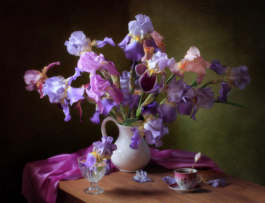 With a bouquet of spring irises, автор — Tatiana Skorokhod на 500px.com