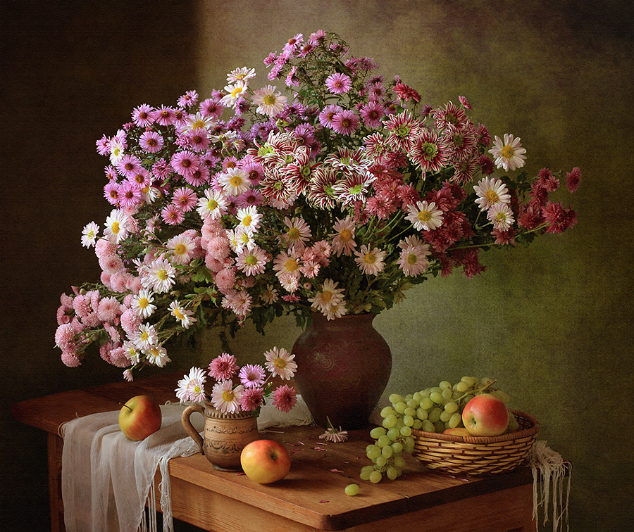 Still life with chrysanthemums and grapes, автор — Tatiana Skorokhod на 500px.com