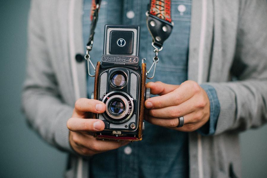 Pria yang sudah menikah menyesuaikan kamera oleh Joe Tobiason di 500px.com