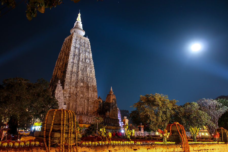 500px.comのryosho shimizuさんによるmahabodhi temple with full moon