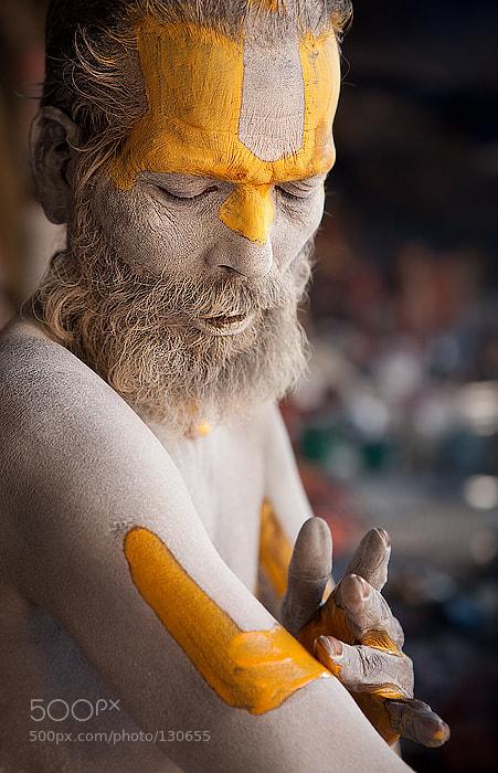 Садху (йог-аскет) красится перед тем, как выйти на улицу. Непал, Пашупатинатх   Sadhu (an ascetic yogi) is applying makeup during early morning hours, before hitting the streets of Kathmandu.