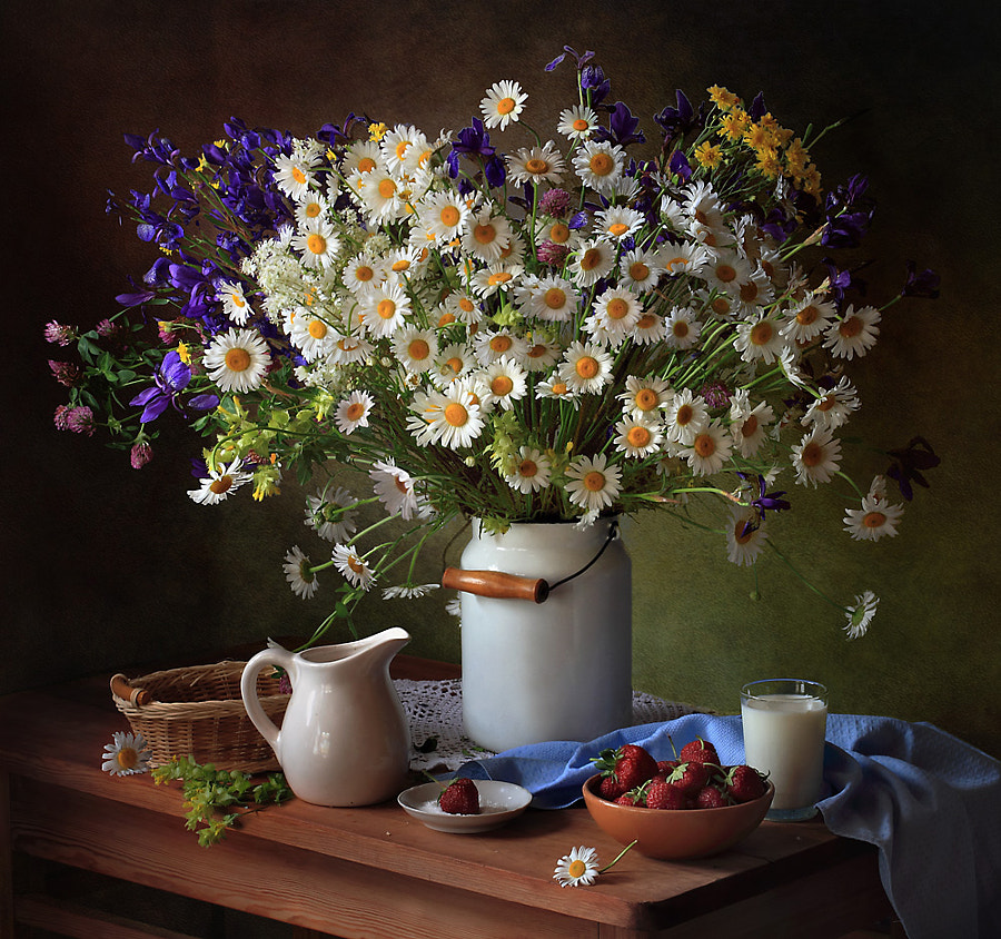 Summer still life with daisies and strawberries, автор — Tatiana Skorokhod на 500px.com