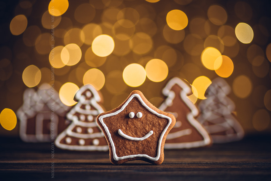 Smiling gingerbread star on wooden table, shallow dof., автор — Kamil Zabłocki на 500px.com