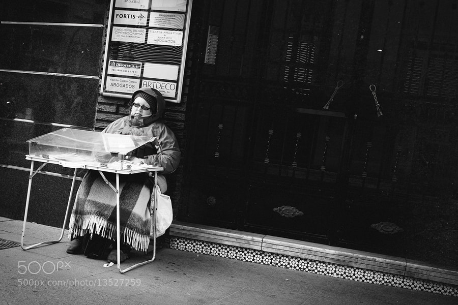 Photograph Woman selling lotto by Mario Galiana on 500px