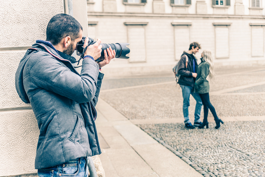Reporter spying a couple by fabio formaggio on 500px.com