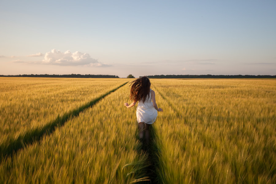 woman run  in yellow wheat field by Oleksandr Boiko on 500px.com