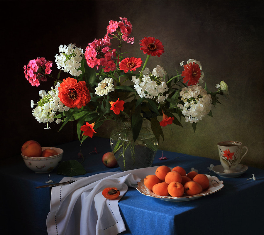 Still life with bouquet of flowers and apricots, автор — Tatiana Skorokhod на 500px.com