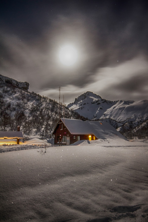 Landscape Photo – Winter Cottage in Thorsmork by landscape and Nature Photographer Dagur Jonsson