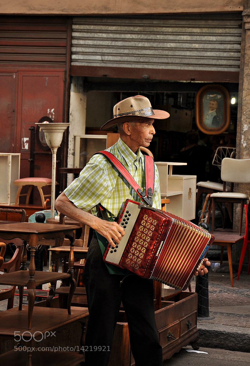 Photograph Street musician - Rio Antiques Fair by Célia Rodrigues on 500px