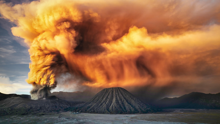 Sunrise at Mt Bromo eruption. de Agus Hartanto sur 500px.com