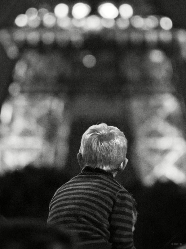 """A kid looking at the Eiffel tower last's year July the 14th.    <a href=""""http://nightgrain.tumblr.com/"""">Photoblog</a>"""