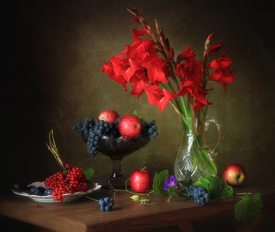 Still life with gladioli and viburnum, автор — Tatiana Skorokhod на 500px.com