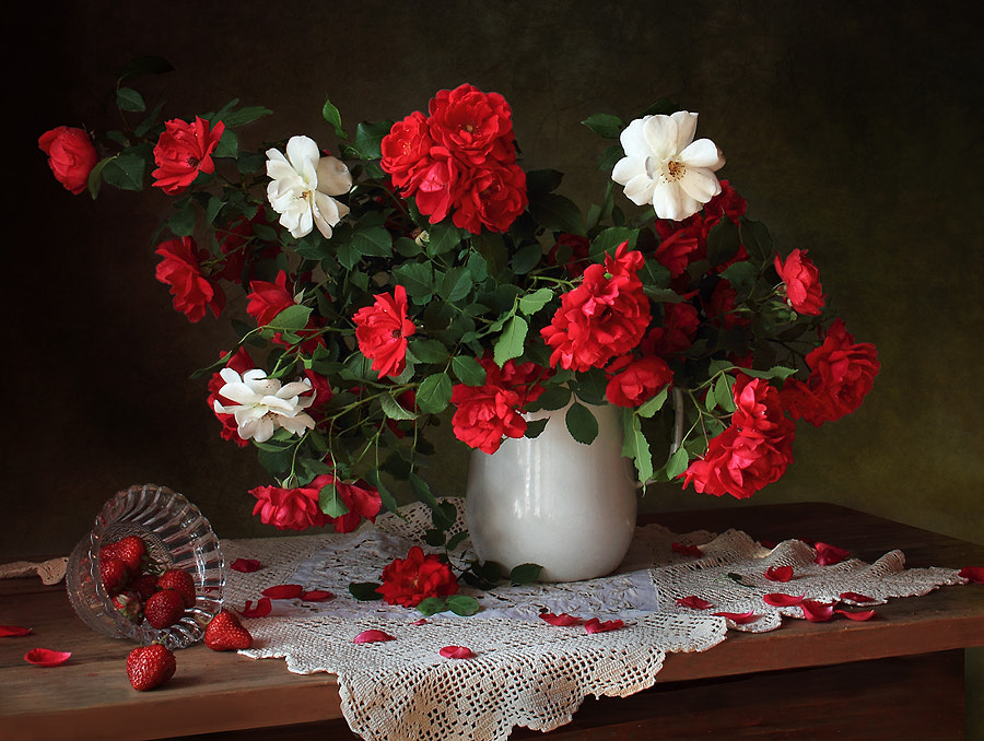 Still life with roses and strawberries, автор — Tatiana Skorokhod на 500px.com