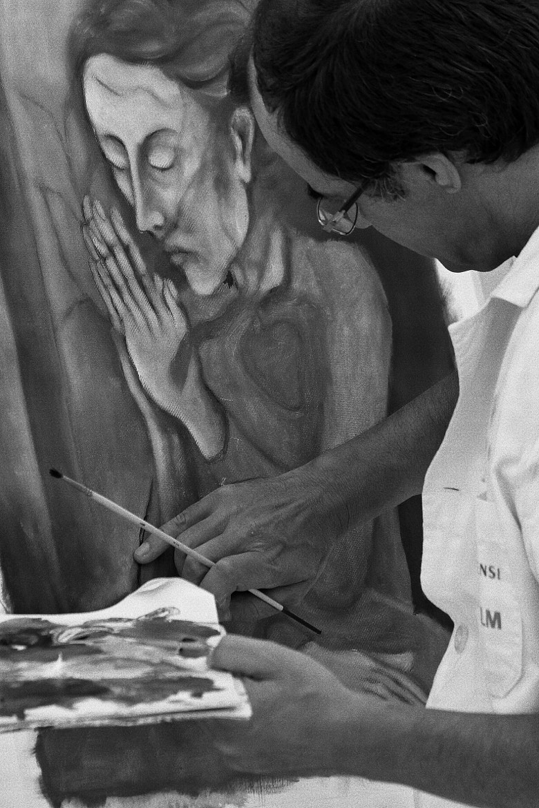 Photograph The artist caressing his work ... by Miguel Silva on 500px