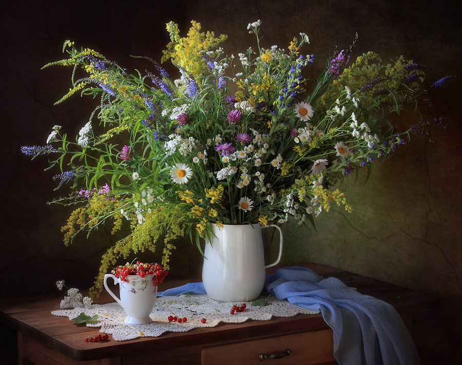 With a bouquet of wildflowers and currants, автор — Tatiana Skorokhod на 500px.com