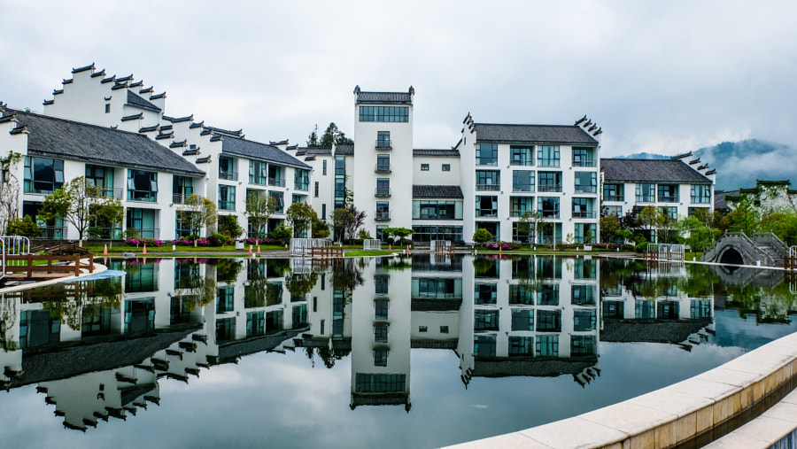Chinese Huizhou architecture water reflection.jpg 由 斯坦 张 发布在 500px.com