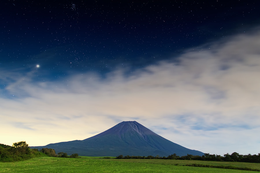This location is west side of Mt.Fuji under the moonlight (not composite).