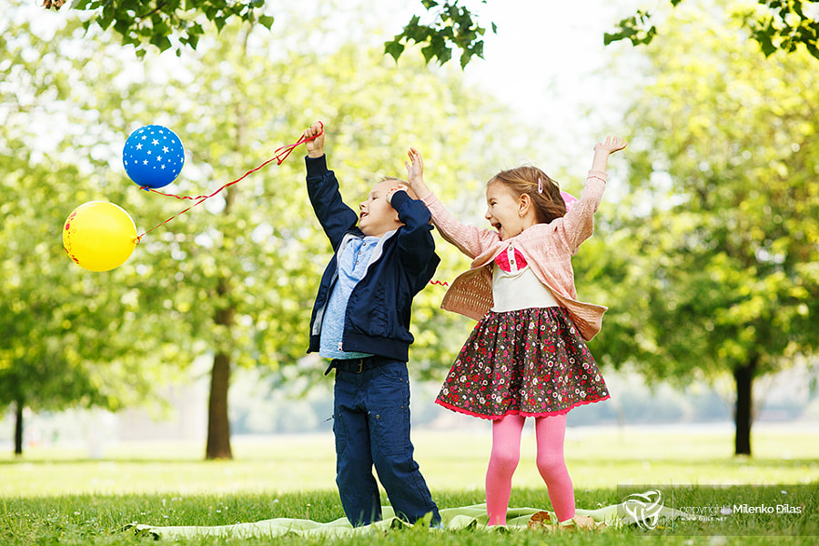Little brother and sister having fun with balloons in the park by Milenko ?ilas on 500px.com