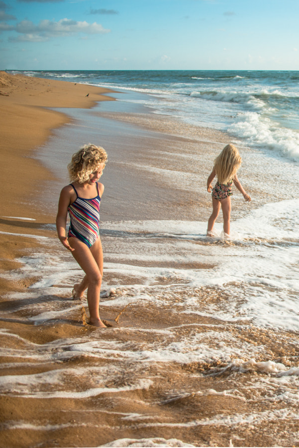 Young girls having fun at the beach in Sri Lanka by L O L A   M E D I A on 500px.com