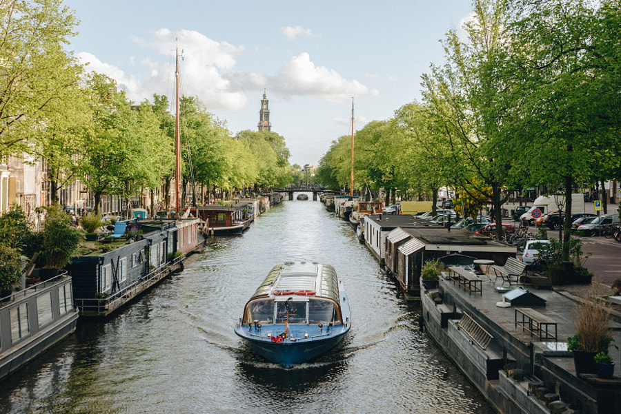 Canal boat and homes in Amsterdam von Trip Stock auf 500px.com