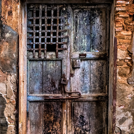 Ruined wooden door with, Pentax K-30, smc PENTAX-F 100-300mm F4.5-5.6