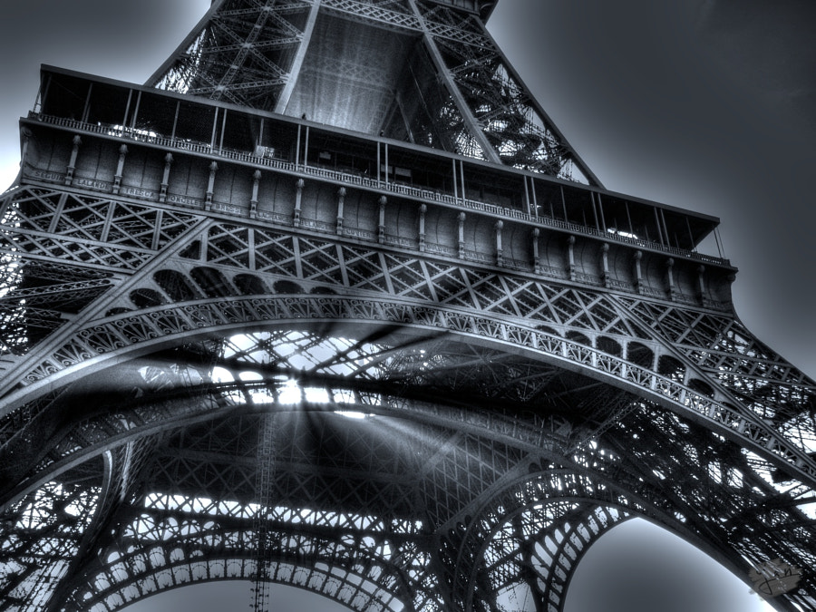 Ray of light - Eiffel Tower by Yan Pujante on 500px.com